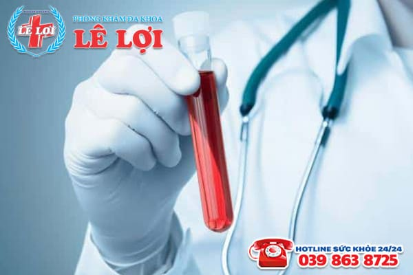 Bác sĩ chuyên khoa tiến hành xét nghiệm máu để chẩn đoán bệnh sùi mào gà
