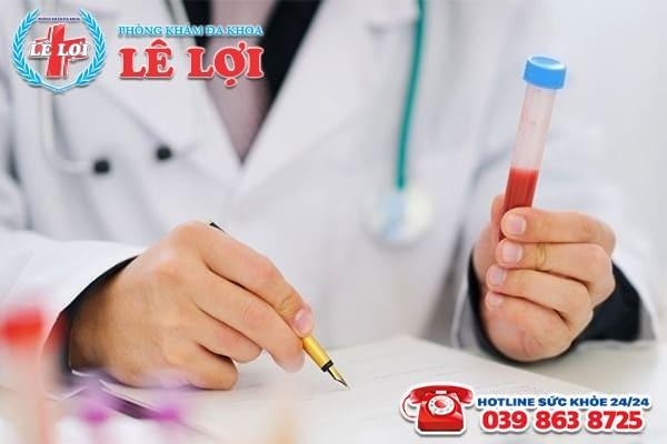 Bác sĩ chuyên khoa tiến hành chẩn đoán chứng xuất tinh ra máu